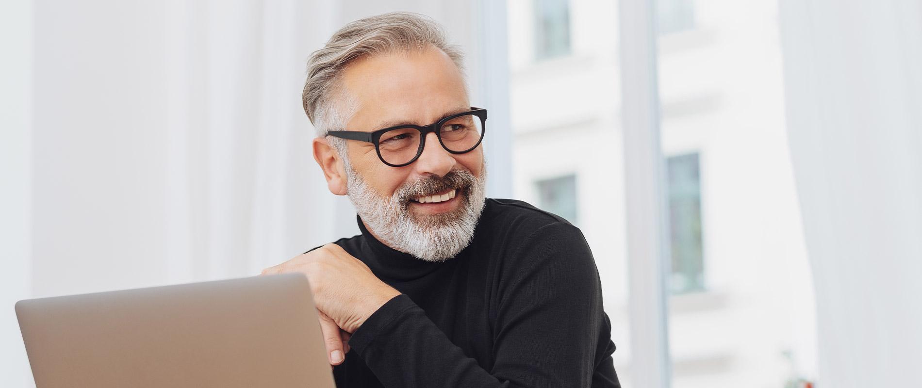 Mann lacht nach Facelifting ohne OP Hannover natürlich