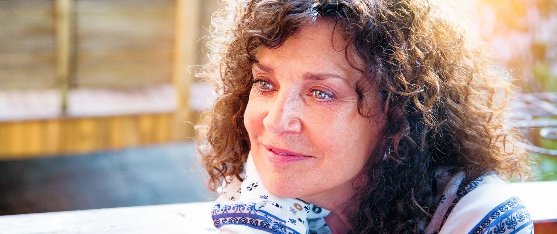 Dank Anti Aging Hannover lächelt eine Frau natürlich ohne Falten